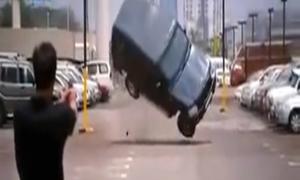 Màn bắn súng siêu phi lý khiến ôtô lộn vòng chỉ với 1 phát đạn