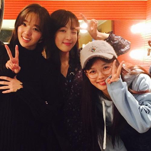 sao-han-18-11-sulli-khoe-nhan-sac-nu-than-lee-sung-kyung-mat-ngo-cute-4