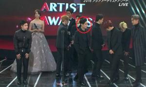 Lay EXO bị chê kiêu ngạo vì đút tay vào túi khi nhận giải