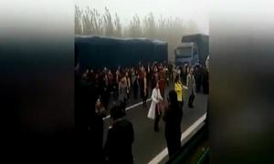 Tắc đường, phụ nữ Trung Quốc biến đường thành sàn nhảy