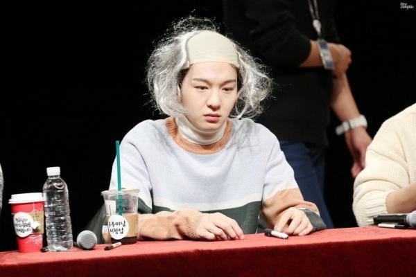 fansign-cua-btob-noi-ca-fan-lan-idol-chung-minh-do-lay-loi