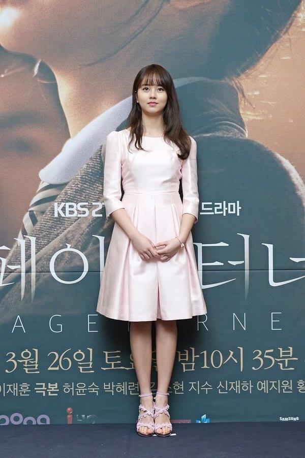 kim-so-hyun-co-nang-dac-biet-yeu-thich-mau-trang-5