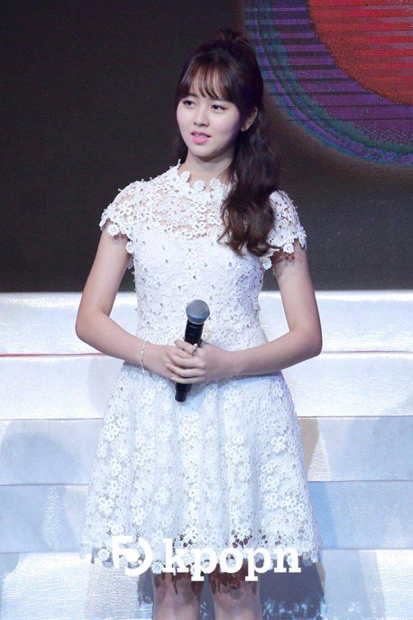 kim-so-hyun-co-nang-dac-biet-yeu-thich-mau-trang-6