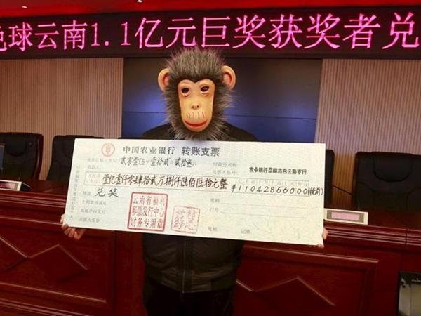 Người đàn ông Trung Quốc đeo mặt nạ khỉ khi nhận tiền thưởng 17 triệu USD. Đây là giải thưởng lớn nhất trong lịch sử xổ số ở tỉnh Vân Nam.
