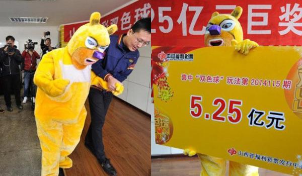 Ở Trung Quốc, nhiều người trúng số lựa chọn giấu mặt bằng những bộ đồ, mặt nạ hoạt hình ngộ nghĩnh. Trong hình, người đàn ông Trung Quốc mặc bộ đồ nhân vật Baymax khi lên nhận số tiền 170 triệu tệ (khoảng 27 triệu USD).