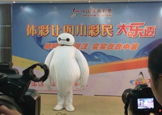người đàn ông mặc bộ đồ nhân vật Baymax khi lên nhận số tiền 170 triệu tệ (khoảng 27 triệu USD).