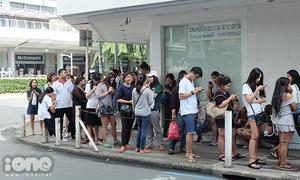 Teen Thái xếp hàng cả cây số mua đồ giảm 90%