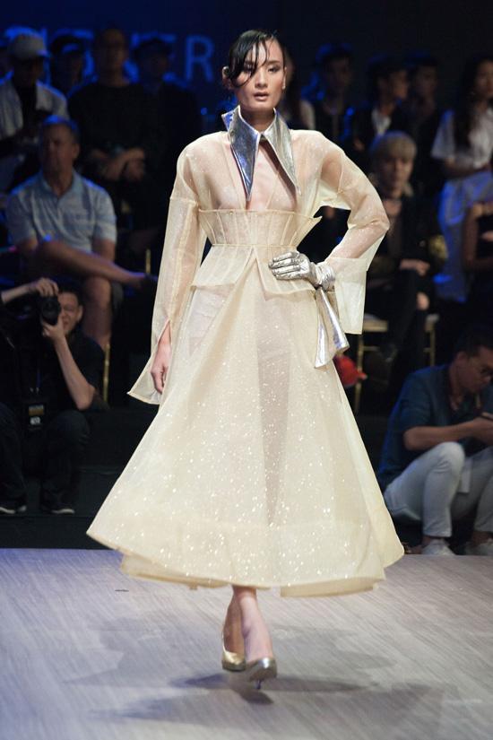 ky-duyen-di-giay-30cm-catwalk-em-gai-trang-khieu-lo-dang-nam-lun-12