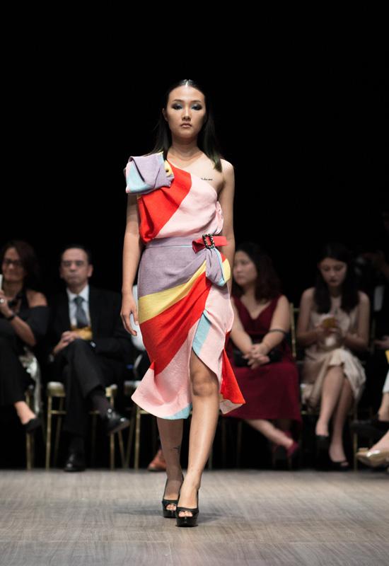 ky-duyen-di-giay-30cm-catwalk-em-gai-trang-khieu-lo-dang-nam-lun-5