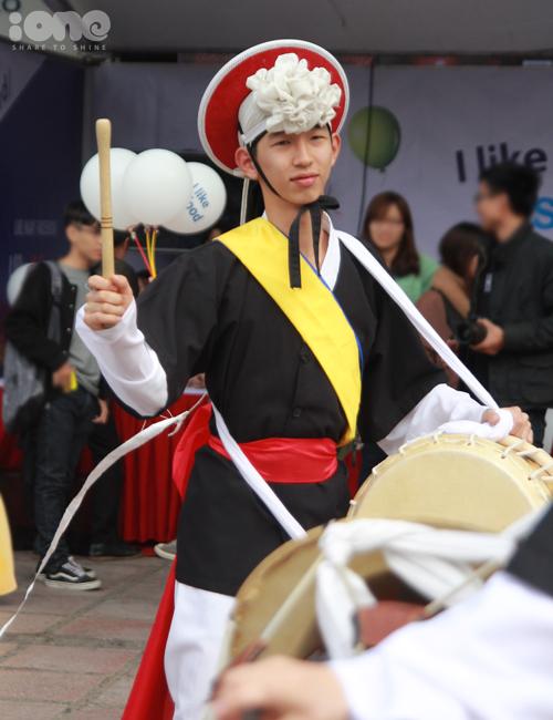 gioi-tre-ha-thanh-mac-hanbok-thu-do-an-duong-pho-han-quoc-2