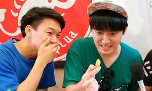 3 chàng trai Hàn Quốc vật vã với thử thách ăn đuông dừa