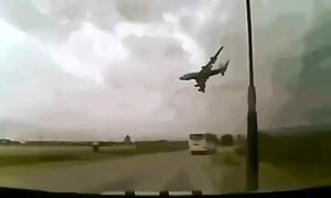 Máy bay chở đội bóng Brazil đâm xuống đất rồi nổ tung
