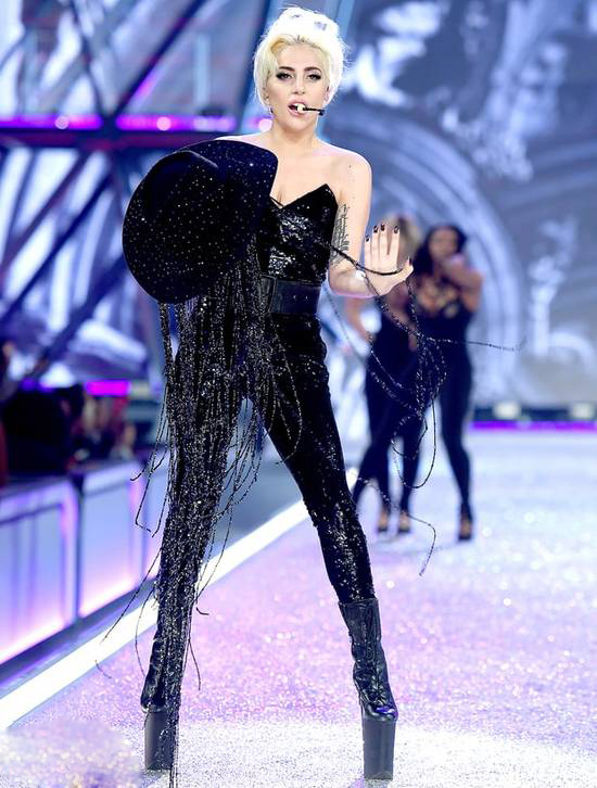 nguoi-catwalk-gioi-nhat-o-victorias-secret-show-la-lady-gaga-4