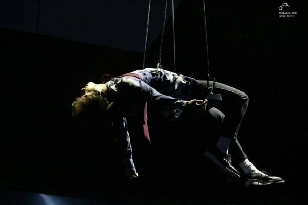 Jung Kook bị treo lơ lửng trên không gần một phút trong màn trình diễn tại MAMA.