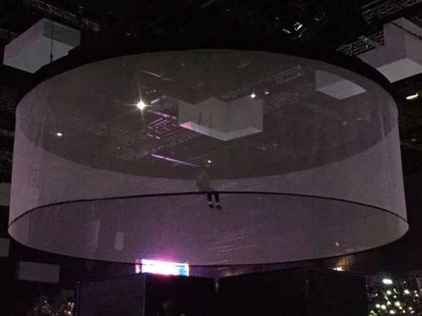 Trước đó, Jung Kook còn bị treo khoảng hơn 1 phút để chuẩn bị cho sân khấu.
