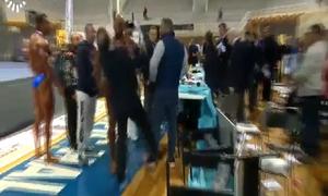 Không đoạt ngôi vô địch, VĐV thể hình giận dữ tát giám khảo ngã văng xuống sàn