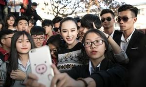 Angela Phương Trinh bị fan vây kín khi về trường học