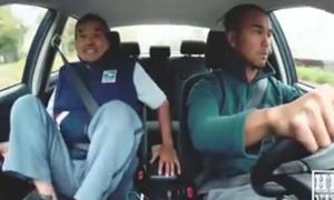 Ông bố với cách dạy lái xe vừa buồn cười vừa ức chế
