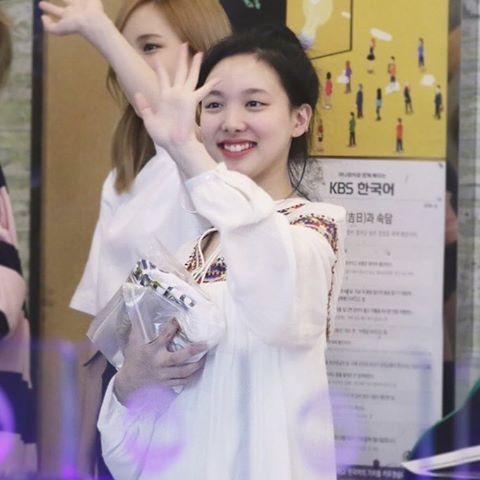 2-fan-nu-dep-lan-luot-na-yeon-twice-trong-anh-chup-chung-2