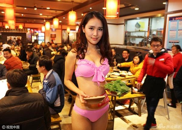nguoi-mau-mac-bikini-giua-troi-ret-phuc-vu-lu-cho-khach-3