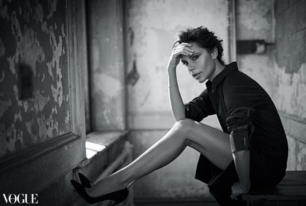 Đứng thứ năm là người mẫu - diễn viên Emily Ratajkowski với 5.685.483 follower. Victoria Beckham hút thêm 5.173.409 fan trên Instagram, chứng tỏ độ hot không thua kém các cô mẫu trẻ trung nóng bỏng. Bà Becks có tầm phủ sóng ngày càng rộng nhờ sự nghiệp thành công, tích cực hoạt động từ thiện và có một gia đình nổi tiếng.