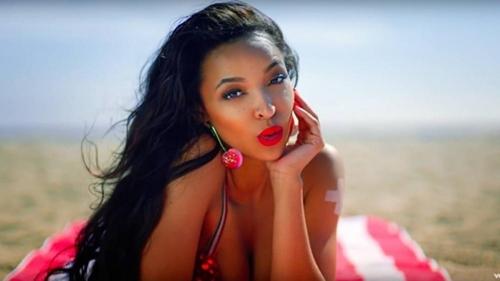 Hình ảnh trong MV Superlove của Tinashe.