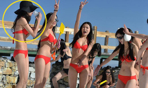 10 hot girl Trung Quốc mặc bikini nghịch tuyết, vừa thở oxy vừa livestream