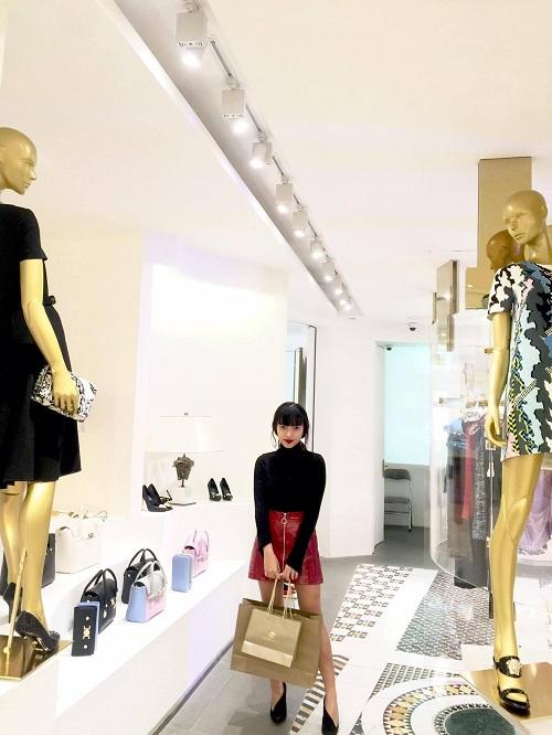 chau-bui-lang-thang-shopping-o-trang-tien-plaza-dip-khuyen-mai-4