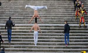 Nghệ sĩ xiếc Việt Nam giành kỷ lục Guiness khi đi thăng bằng đối đầu leo cầu thang