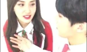 Nam idol bị nghi cố tình đặt tay lên ngực của Somi (I.O.I)
