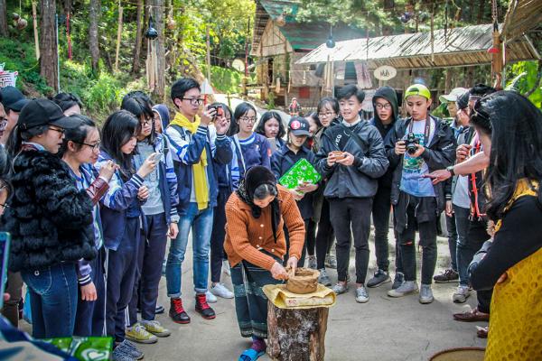 Hoạt động giao lưu văn hóa các dân tộc Tây Nguyên tại khu du lịch đồi Mộng Mơ.