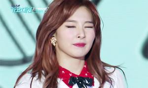 2 idol nhìn cute hết cỡ vì không biết nháy mắt