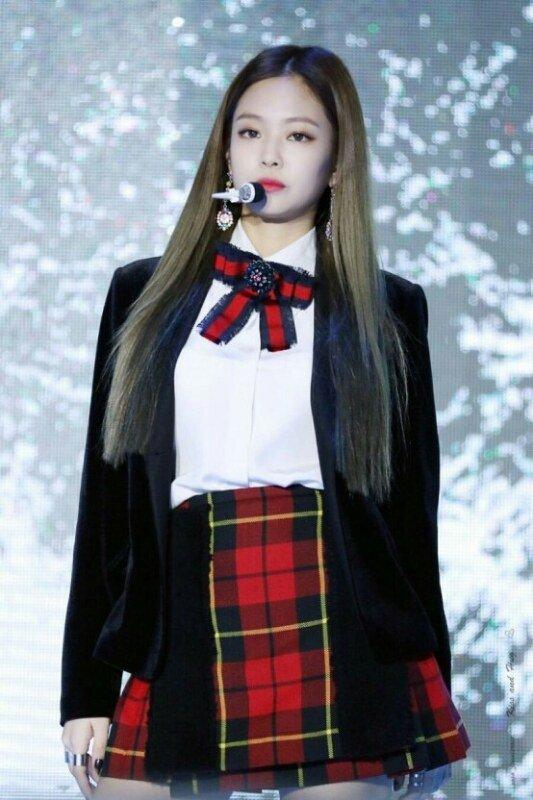 tan-binh-kpop-bi-nem-da-vi-nhai-hang-hieu-cua-black-pink-2
