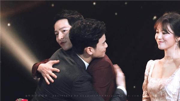 4-hanh-dong-giup-song-joong-ki-chung-minh-nhan-cach-toa-sang-4