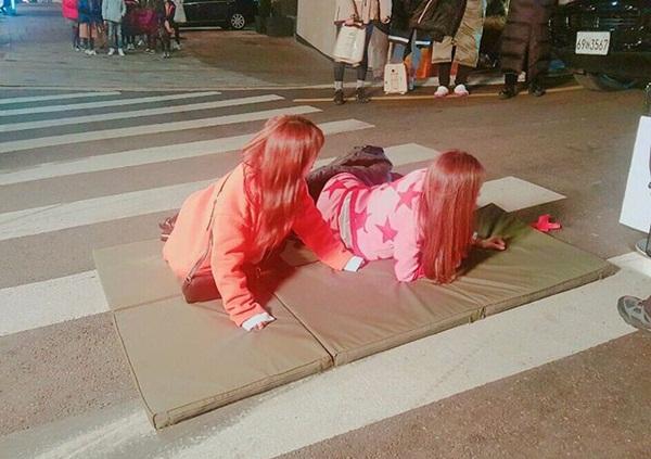 sao-han-4-1-kim-so-hyun-hoa-my-nu-co-trang-hyo-min-lan-ra-duong-dong-phim