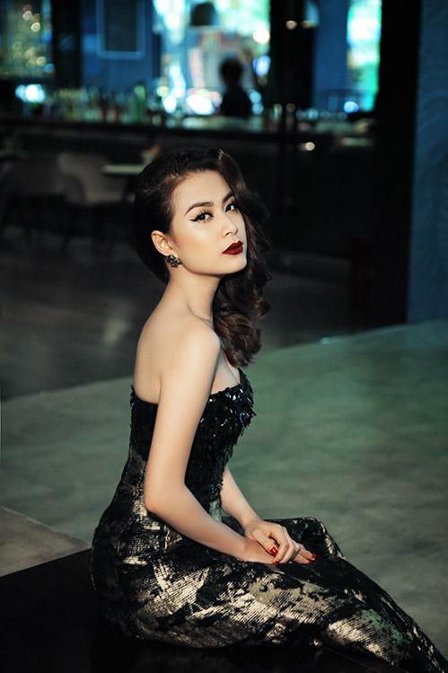 ách kết hợp trang phục, phụ kiện và kiểu tóc đầy khôn khéo của Hoàng Thùy Linh