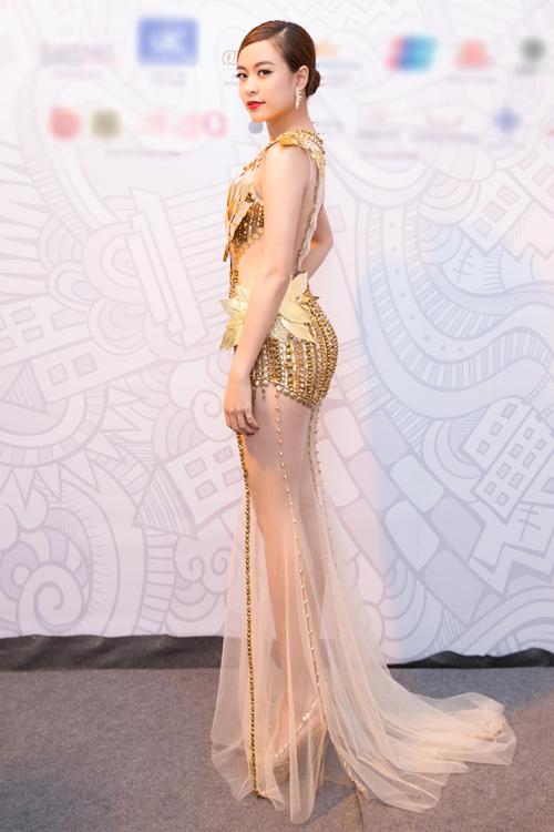 hi diện đầm dự tiệc dáng dài, nữ ca sĩ cố tình chọn váy cắt xẻ hoặc trong suốt kết hợp với giày cao gót để ăn gian chiều cao