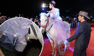 Angela Phương Trinh đi giày cao gần 30cm khi cưỡi ngựa lên thảm đỏ