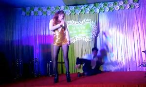 Thanh niên đang nhảy tưng bừng thì 'lạc trôi' xuống sân khấu