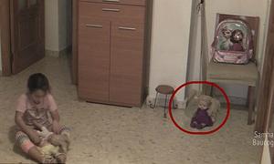 Cô bé hoảng sợ khi đồ đạc bỗng bay tứ tung, búp bê tự chuyển động