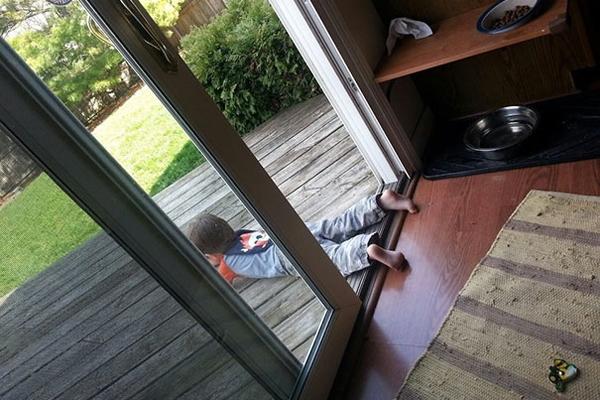 Khi mẹ bảo không được bước chân khỏi cửa.