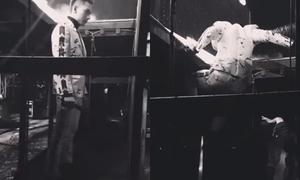 Isaac bất chấp leo từ gầm lên sân khấu do gặp sự cố