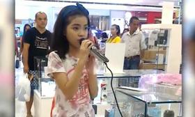 Cô bé được ví như 'tiểu Adele' khi hát thử micro trong trung tâm thương mại