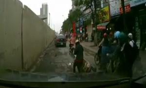 Ngã xe máy, người phụ nữ vẫn cố nghe nốt điện thoại