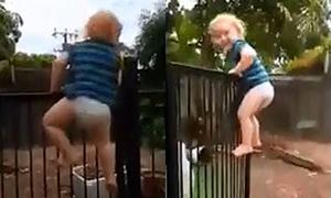 Bé 3 tuổi trèo mở khóa cổng trong 21 giây