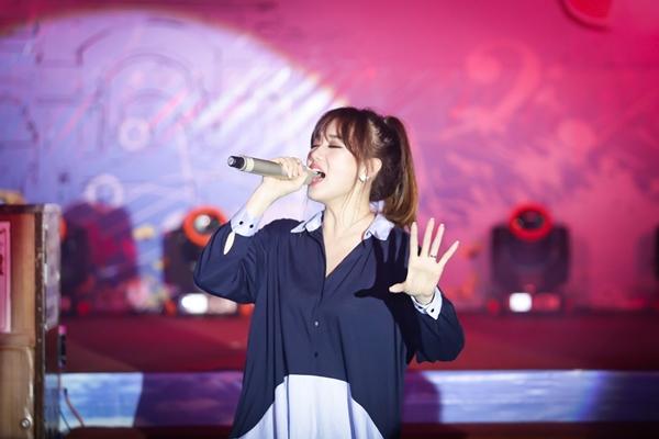 hari-won-ngu-gat-an-banh-mi-chong-doi-truoc-khi-len-san-khau-4