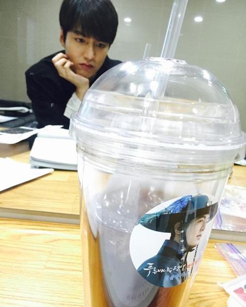 sao-han-19-1-tae-yeon-ven-ao-khoe-eo-thon-lee-min-ho-biu-moi-cute