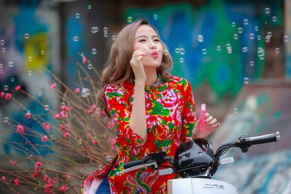 khanh-ngan-dien-ao-dai-chan-con-cong-dao-pho-ngay-tet-2