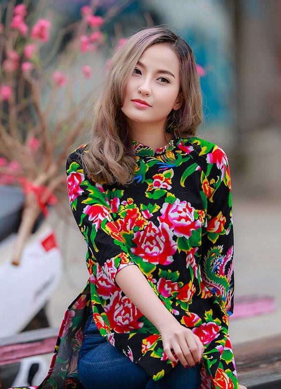 khanh-ngan-dien-ao-dai-chan-con-cong-dao-pho-ngay-tet-4