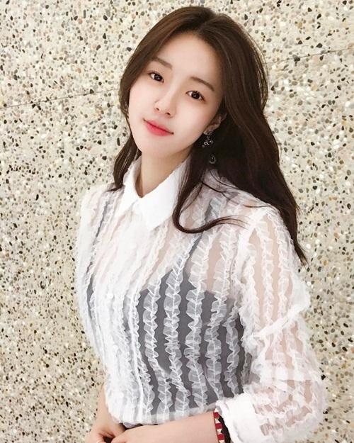 Trên trang cá nhân, Hyo Seung tự giới thiệu mình là dancer, diễn viên, tốt nghiệp   Đại học Chung Ang.